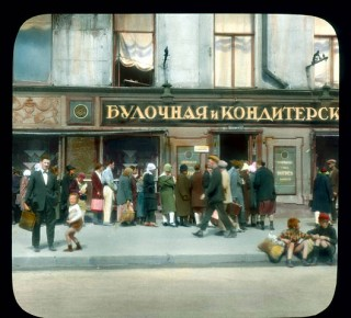529px-Saint_Petersburg._Nevsky_Prospect_line_at_the_bakery